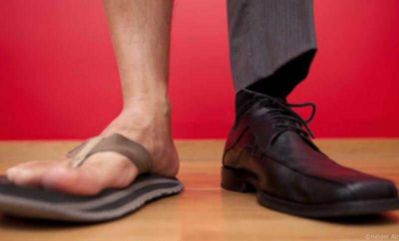 Sommer-Dresscode im Büro - Flip Flops vs. Schnürschuh