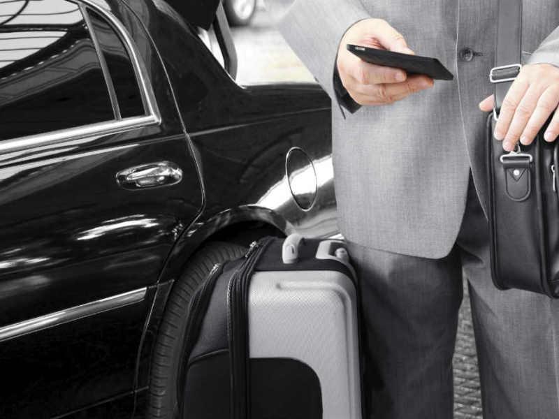 Business Man steht vor Geschäftswagen