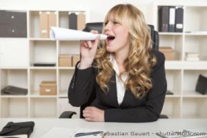 Laute Frau im Büro